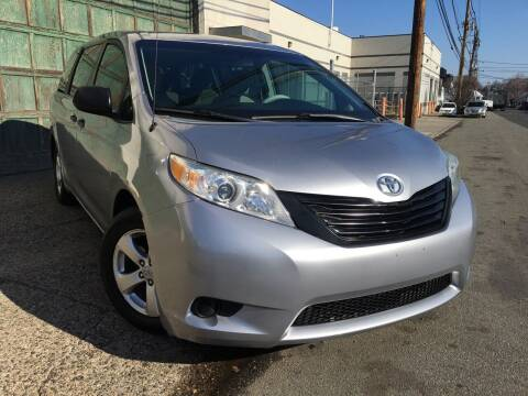 2012 Toyota Sienna for sale at Illinois Auto Sales in Paterson NJ
