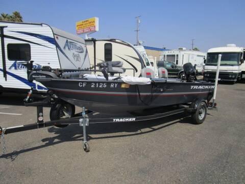 2017 Tracker Guide V-16 Laker DLX Fishing B