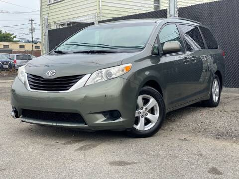 2011 Toyota Sienna for sale at Illinois Auto Sales in Paterson NJ