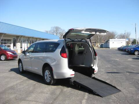 2017 Chrysler Pacifica for sale at AUTOFARM MINIVAN SUPERSTORE in Middletown IN