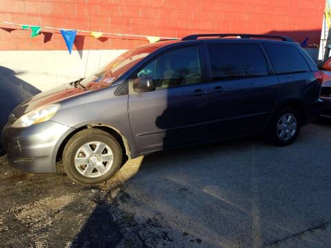 2007 Toyota Sienna for sale at Best Deal Motors in Saint Charles MO