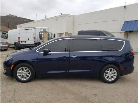 2020 Chrysler Pacifica for sale at Dealers Choice Inc in Farmersville CA