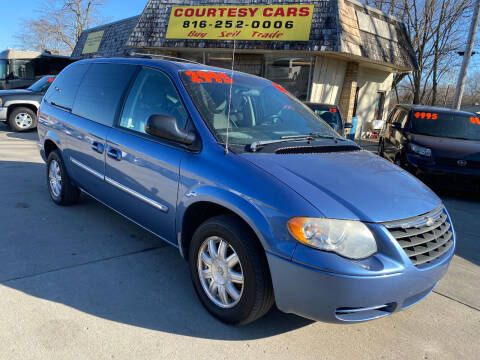 2007 Chrysler Town and Country for sale at Courtesy Cars in Independence MO