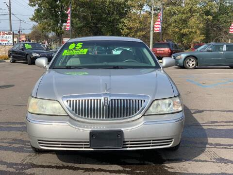 2005 Lincoln Town Car for sale at L.A. Trading Co. in Woodhaven MI
