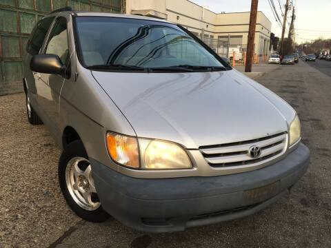 2002 Toyota Sienna for sale at Illinois Auto Sales in Paterson NJ
