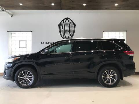 2017 Toyota Highlander for sale at Midwest Car Connect in Villa Park IL