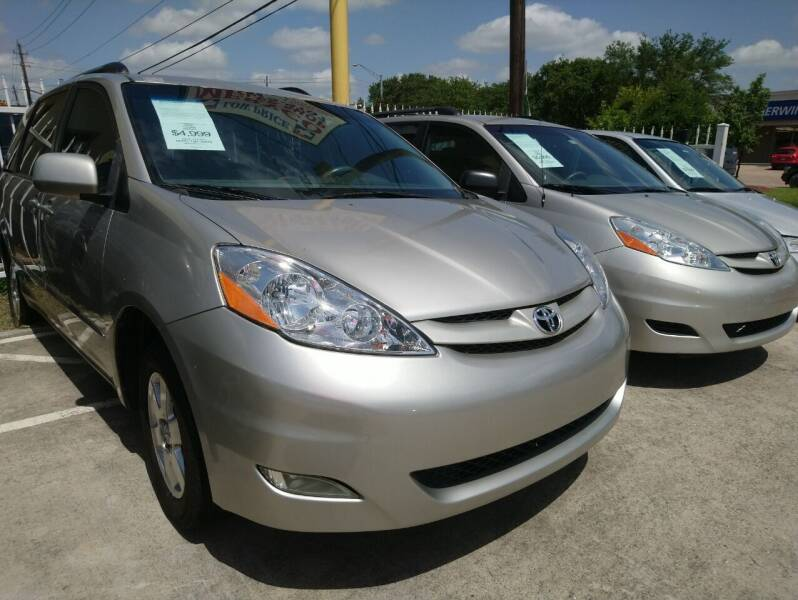 2006 Toyota Sienna for sale at TEXAS MOTOR CARS in Houston TX