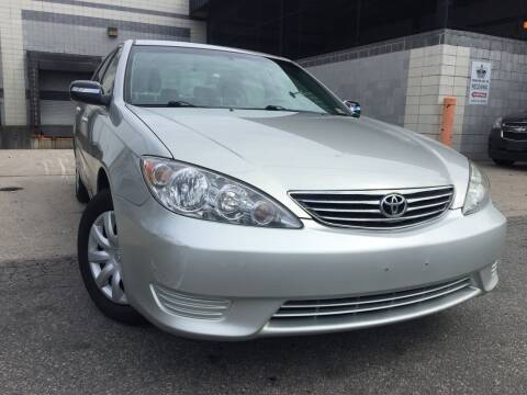 2005 Toyota Camry for sale at Illinois Auto Sales in Paterson NJ