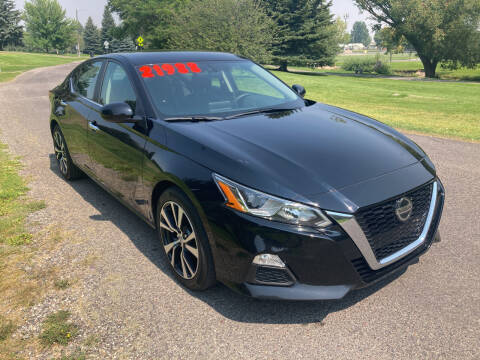 2020 Nissan Altima for sale at BELOW BOOK AUTO SALES in Idaho Falls ID