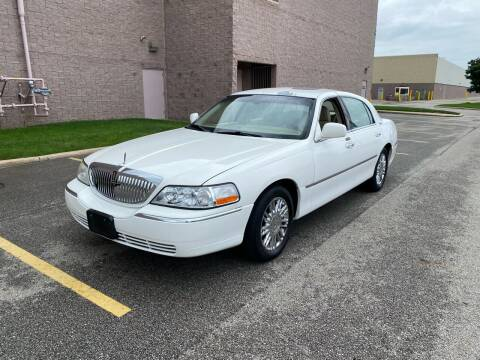 2009 Lincoln Town Car for sale at JE Autoworks LLC in Willoughby OH