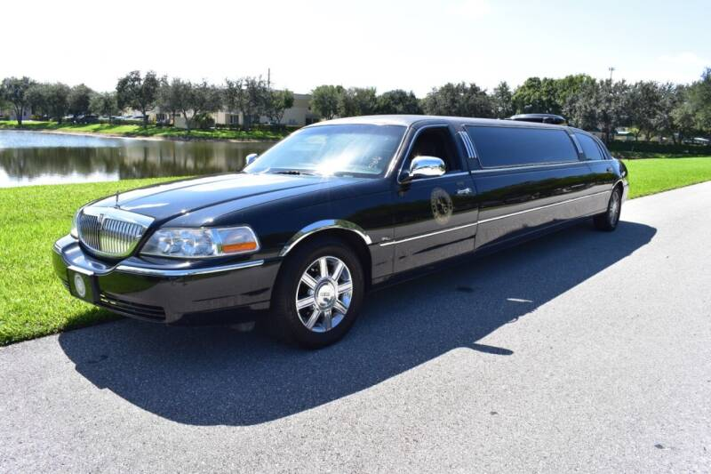 2006 Lincoln Town Car for sale at Ultimate Dream Cars in Royal Palm Beach FL