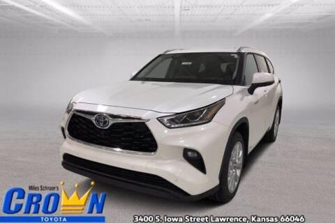 2021 Toyota Highlander Hybrid for sale at Crown Automotive of Lawrence Kansas in Lawrence KS