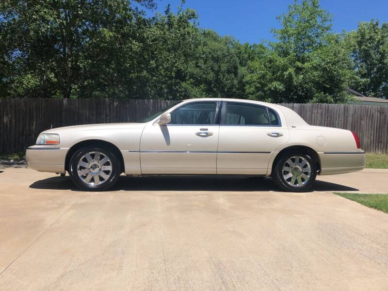 2003 Lincoln Town Car for sale at H3 Auto Group in Huntsville TX