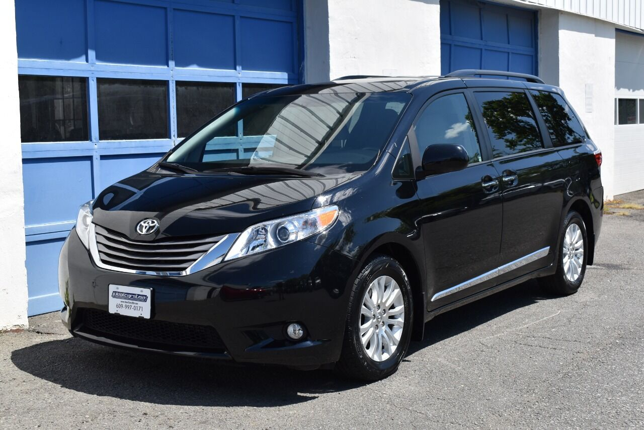 2017 Toyota Sienna XLE Premium 8 Passenger 4dr Mini Van