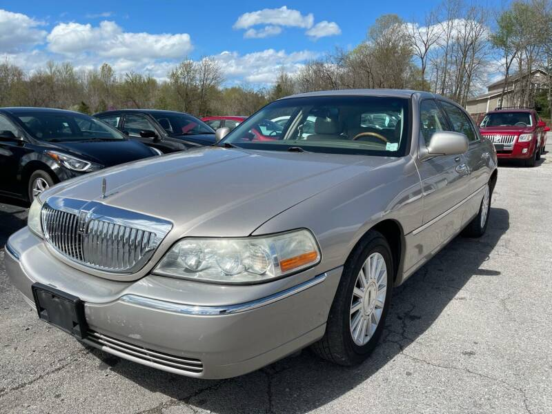 2003 Lincoln Town Car for sale at Best Buy Auto Sales in Murphysboro IL