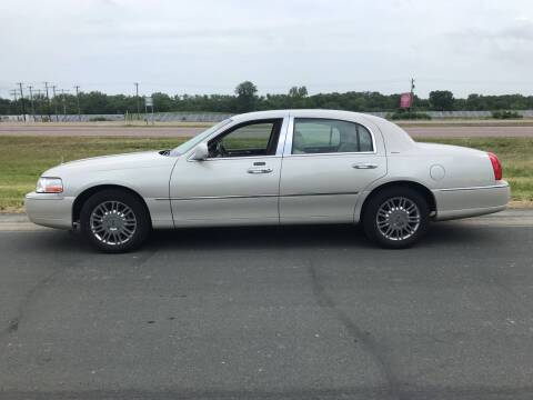 2006 Lincoln Town Car for sale at Whi-Con Auto Brokers in Shakopee MN