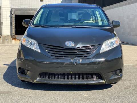 2014 Toyota Sienna for sale at Illinois Auto Sales in Paterson NJ