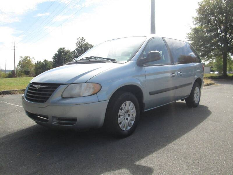 2005 Chrysler Town and Country for sale at Unique Auto Brokers in Kingsport TN