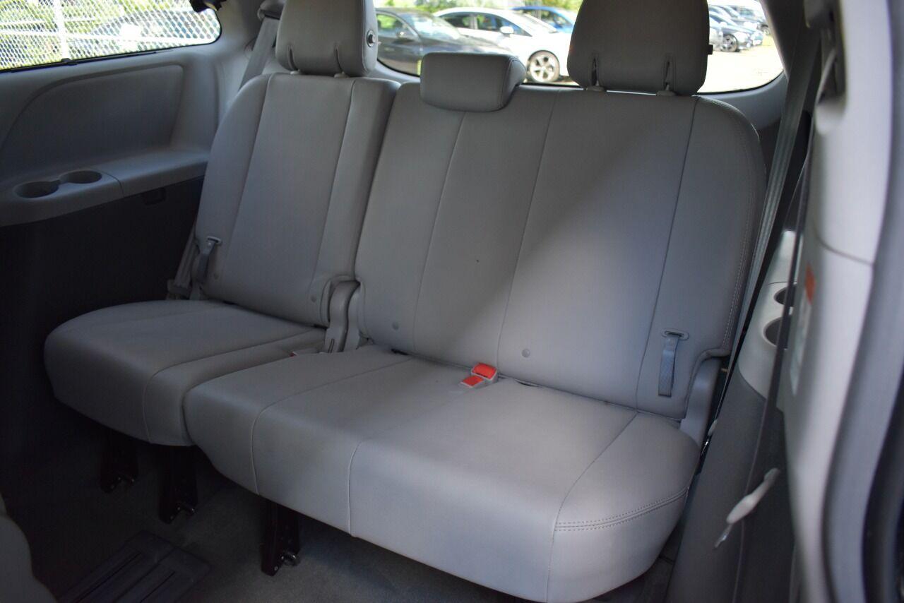 2017 Toyota Sienna XLE Premium 8 Passenger 4dr Mini Van full