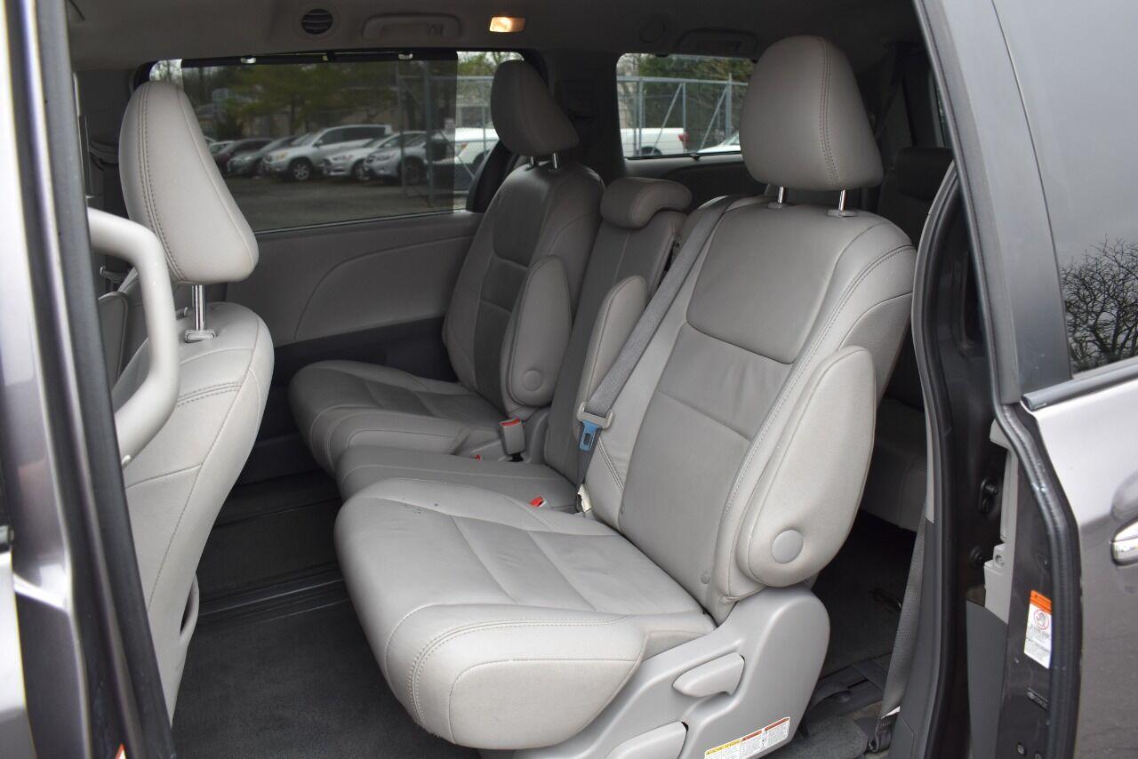 2015 Toyota Sienna XLE 8 Passenger 4dr Mini Van full