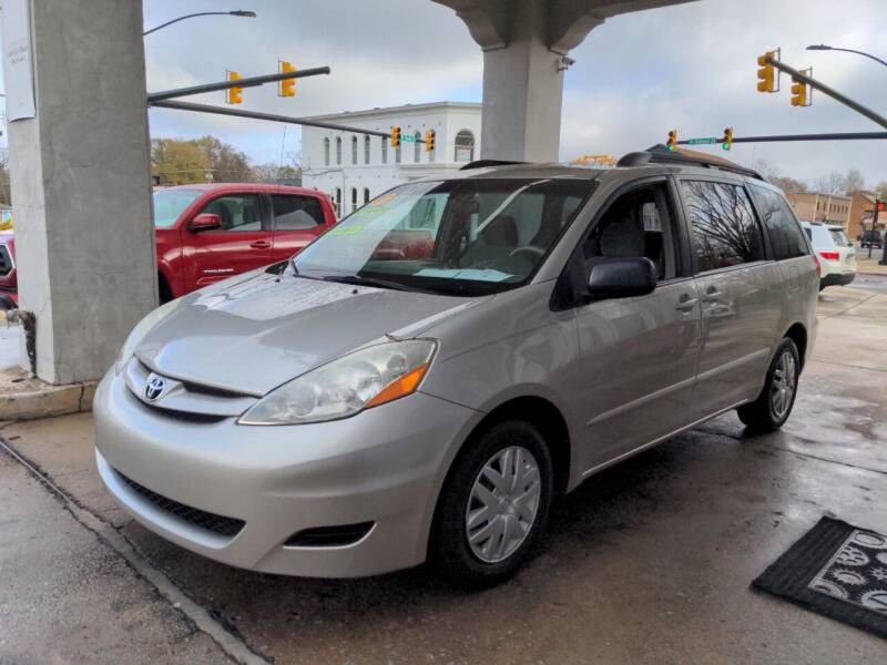 2007 Toyota Sienna for sale at ROBINSON AUTO BROKERS in Dallas NC