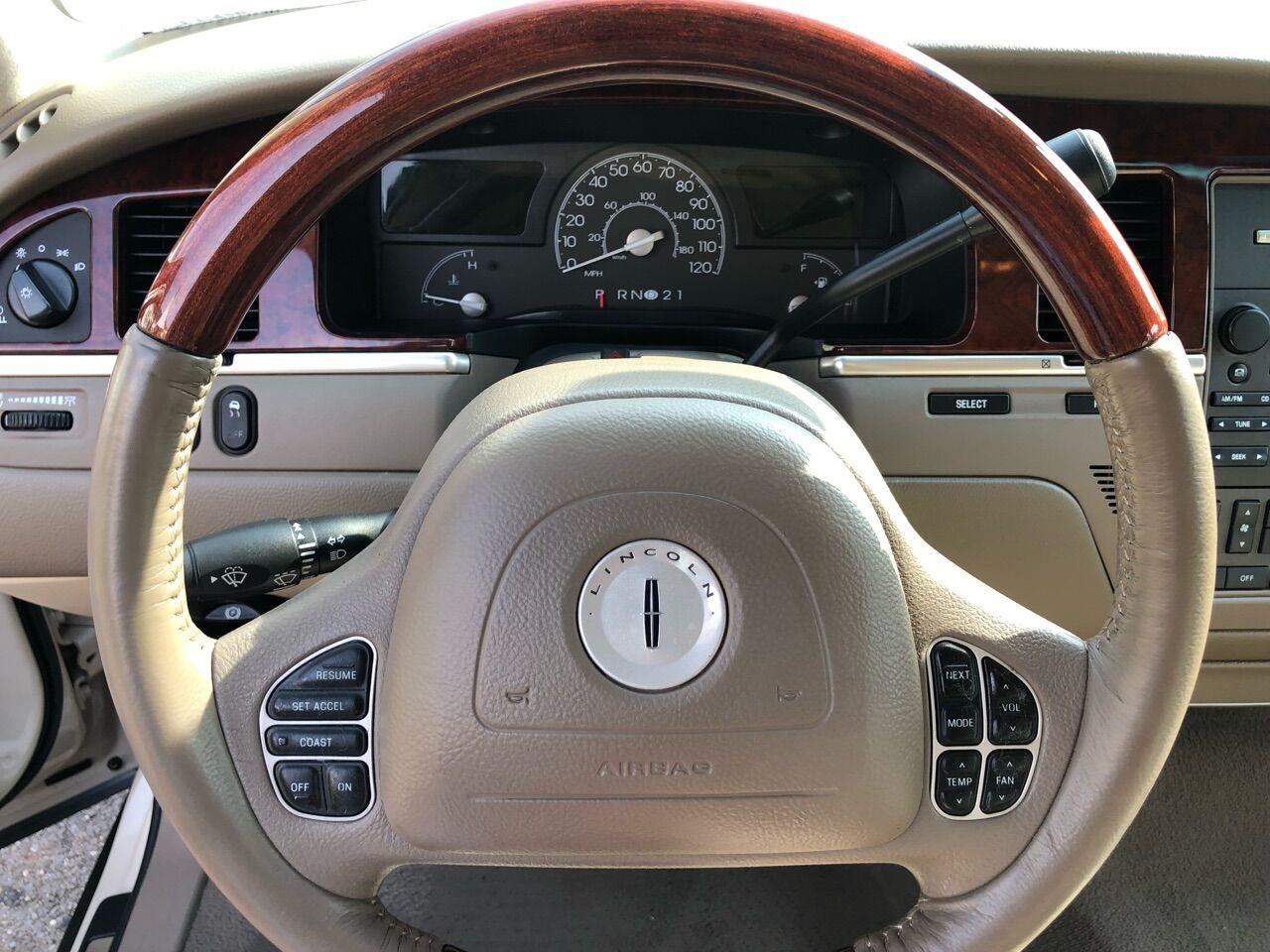 2003 Lincoln Town Car 4dr Car