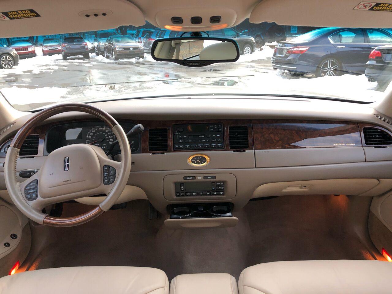2000 Lincoln Town Car 4dr Car