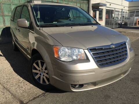 2009 Chrysler Town and Country for sale at Illinois Auto Sales in Paterson NJ