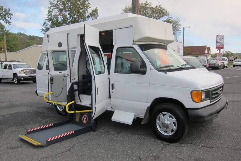 2005 Ford E-Series Wagon for sale at K & R Auto Sales,Inc in Quakertown PA