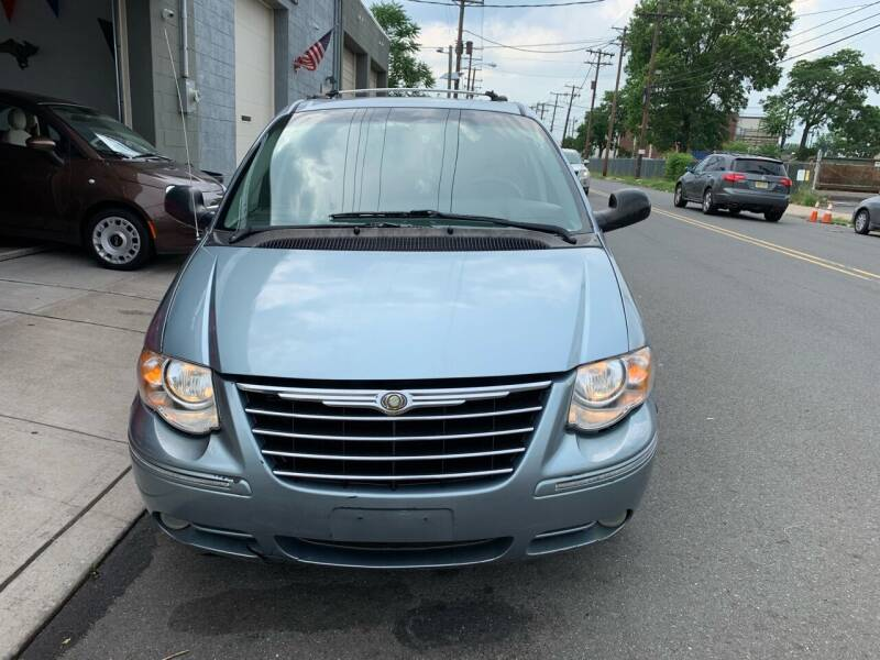2006 Chrysler Town and Country for sale at SUNSHINE AUTO SALES LLC in Paterson NJ
