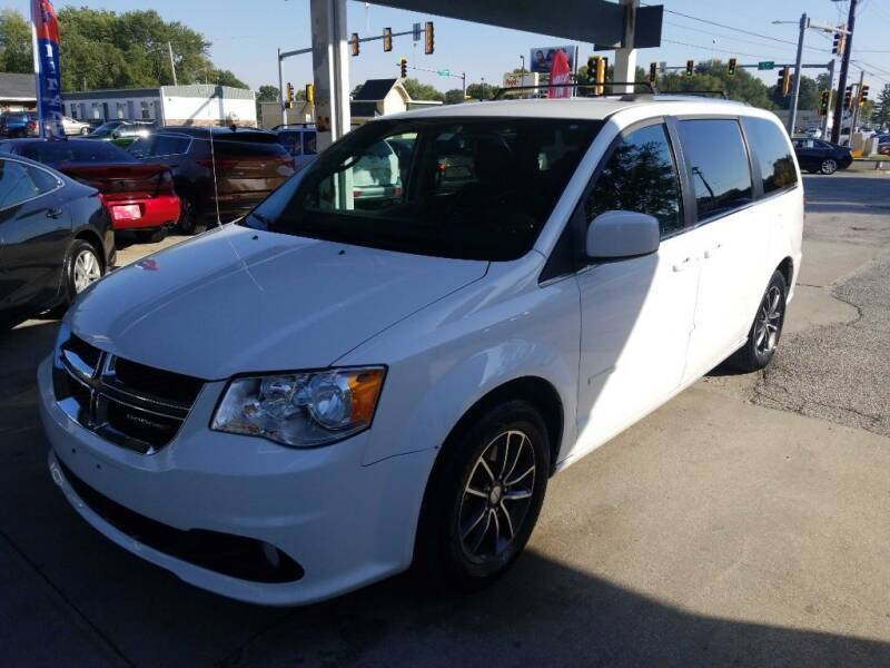 2017 Dodge Grand Caravan for sale at SpringField Select Autos in Springfield IL