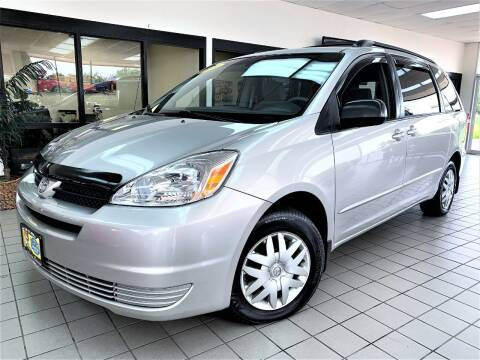 2004 Toyota Sienna for sale at SAINT CHARLES MOTORCARS in Saint Charles IL