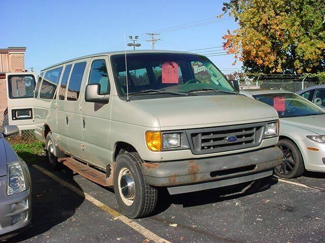 2004 Ford E-Series Wagon for sale at VOA Auto Sales in Pontiac MI