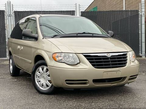 2005 Chrysler Town and Country for sale at Illinois Auto Sales in Paterson NJ