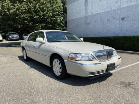 2005 Lincoln Town Car for sale at Select Auto in Smithtown NY