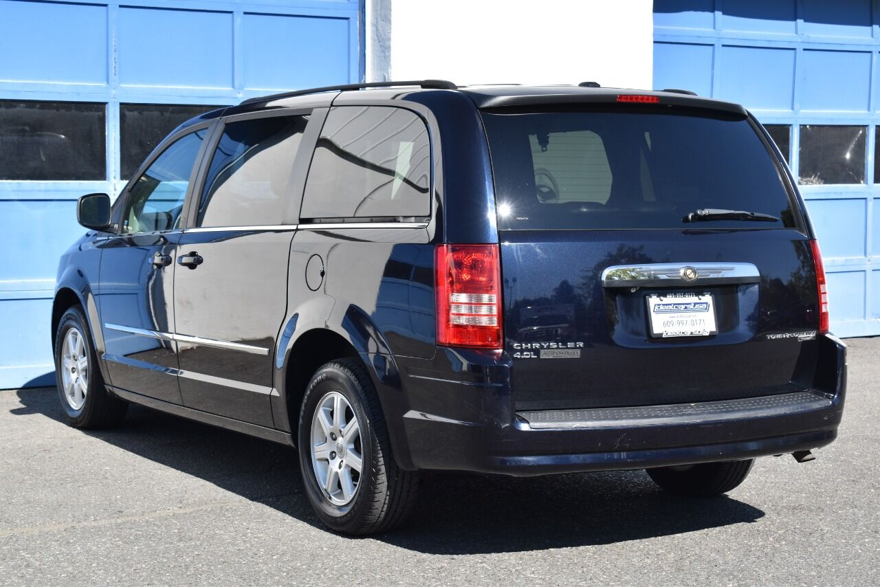 2010 Chrysler Town and Country Touring Plus 4dr Mini Van full