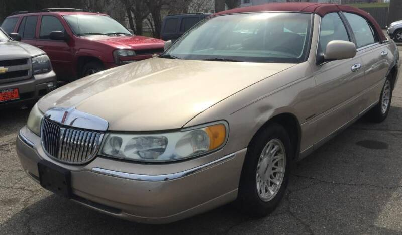 1998 Lincoln Town Car for sale at Knowlton Motors, Inc. in Freeport IL