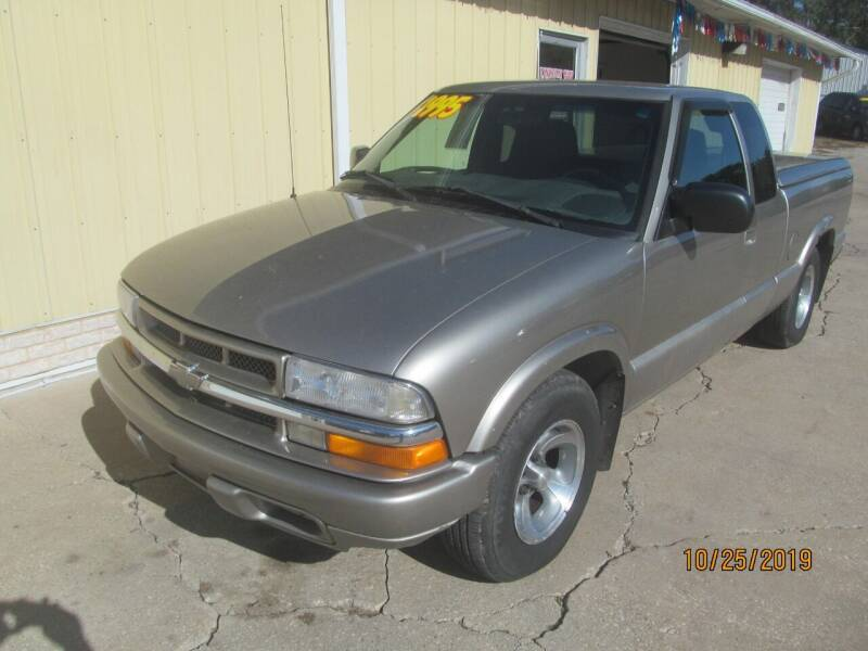 2001 Chevrolet S-10 for sale at Lincoln Way Motors I in Cedar Rapids IA