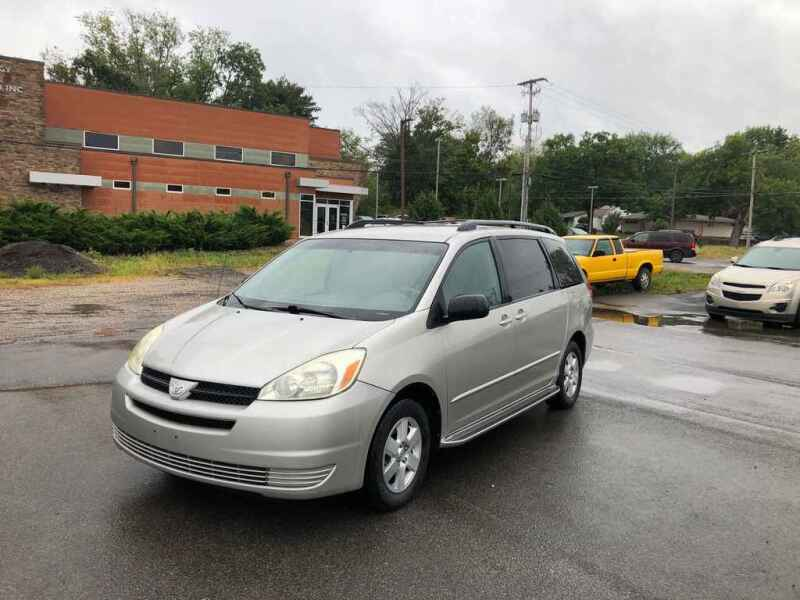 2005 Toyota Sienna for sale at DILLON LAKE MOTORS LLC in Zanesville OH